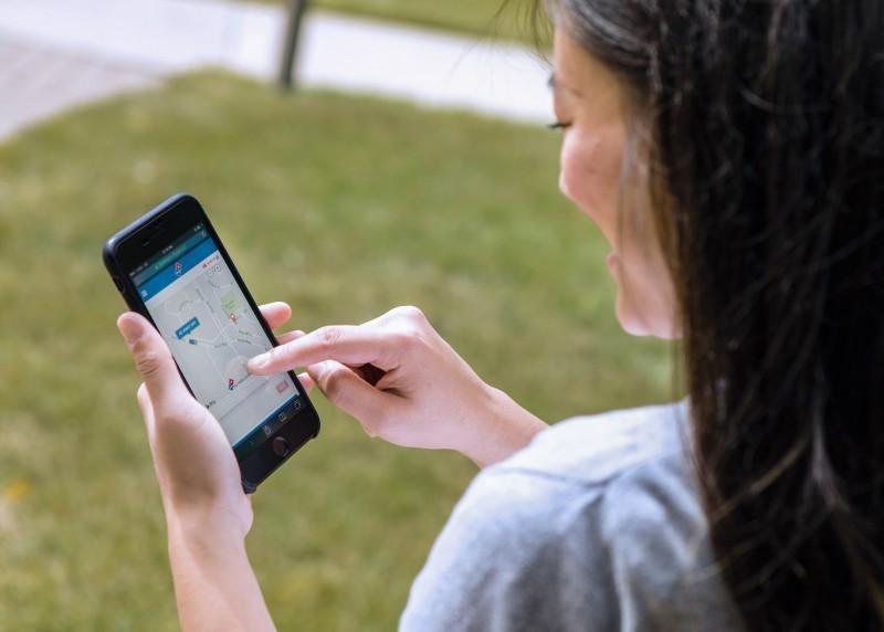 顧客將透過升級版的Domino's Tracker®以GPS追蹤外送車輛。在自動駕駛車輛接近時,顧客將收到附有特殊密碼的簡訊,以供顧客解鎖車內的披薩保熱箱(Domino's Heatwave Compartment™)並領取披薩。