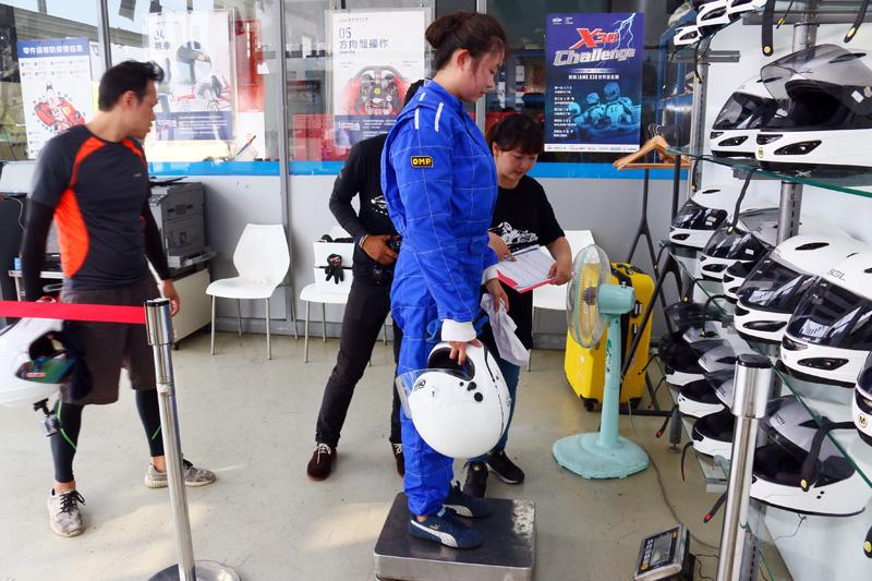 所有參賽選手在測時賽與正賽結束後都必須過磅秤重,三人總重量不得低於200kg〈含裝備與配重物〉,每有一位女性車手則可減少10kg,三位女車手加總重量即不得低於170kg。