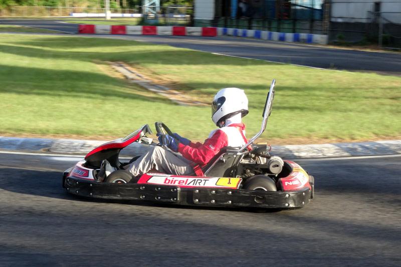 賽前為了適應比賽狀況,也曾與大魯閣卡丁車場商借賽車服練習。