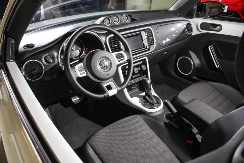 新年式Beetle 1.4 TSI R-Line配有R-Line專屬三幅真皮動力多功能方向盤(附換檔撥片)、R-Line 專屬Color4Me內飾板、R-Line專屬鋁合金踏板、Check 織布紋的運動型座椅、三環式賽車儀表(增壓/油溫/計時),擁有運動化車艙氛圍。