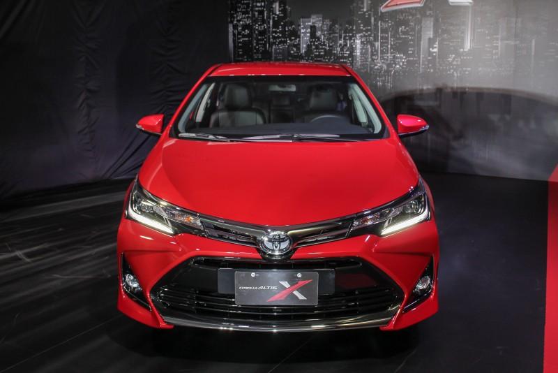 Corolla Altis 利用大型盾形進氣壩,搭配立體感造型前霧燈框及前保桿,使車頭樣貌充滿視覺張力
