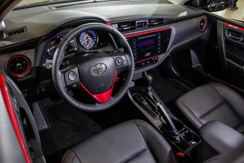 車室內設計以紅黑配色的內裝鋪陳,並輔以更具流線動感的炫魅紅飾條及飾板,形塑個性化時尚車室空間。