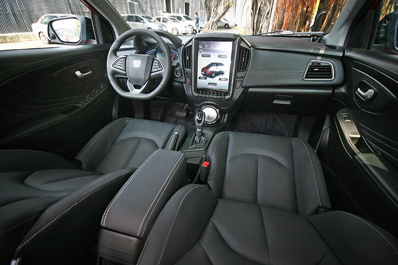 除最入門車型外全車系標配六氣囊,加上撞擊實測背書,確保被動安全無虞。