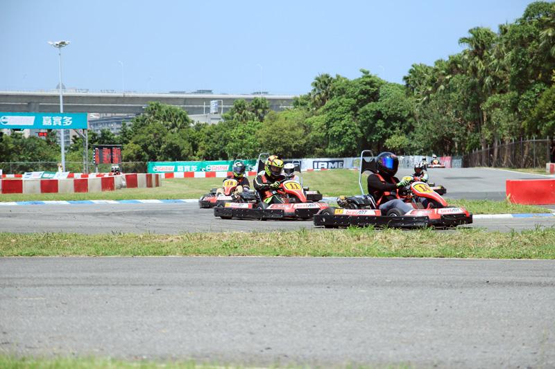 由此回合開始就是爭先賽制,無關秒差值,因此車手都卯足全力緊貼前車。