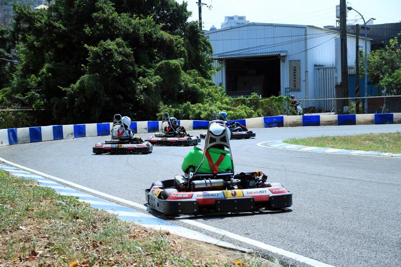 後減速彎也常常出現車潮同時進彎的現象。