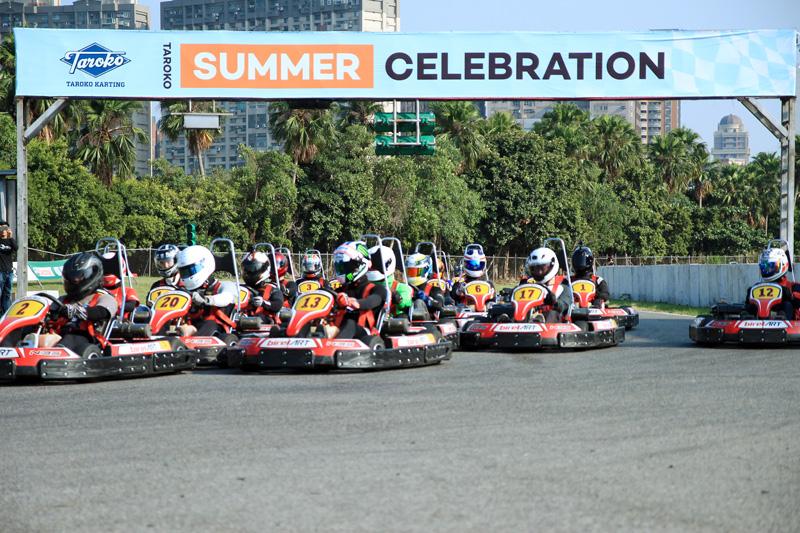 A組以李鎮發為首的起跑相當壯觀,後方車手為單圈較快車手,每一位都卯足全力爭取上位。