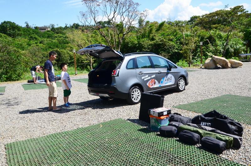 後椅背不傾倒的情況下便足以乘載全家露營所需配備