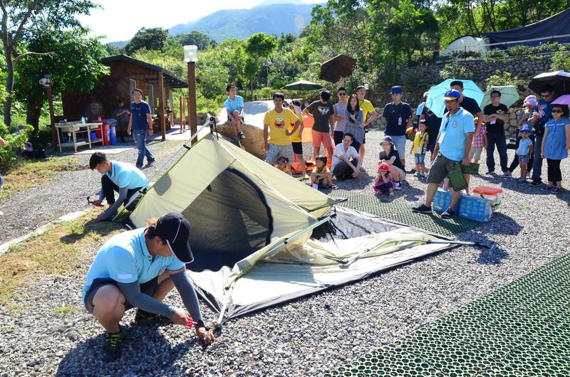中華三菱聘請專業教練指導學員組裝帳篷的技巧