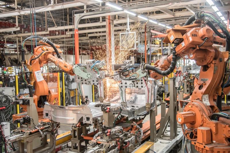 彈性車身整合線透過引進機器人設備將自動化程度大幅提升50%。