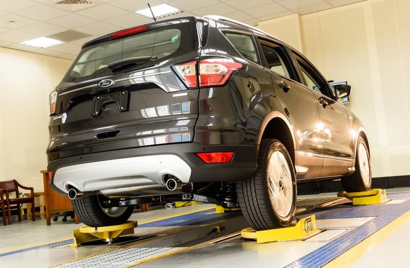 透過置放於車子四輪底部的液壓柱,利用液壓系統將車身頂高,並根據全球各地路況及車主使用經驗之大數據,收集客戶在何種路面發現異音及問題,分析並設計出11種路譜。