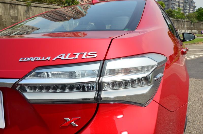 車尾輪廓不變,在現有基礎下將尾燈置換成更具個性的透明燻黑燈殼