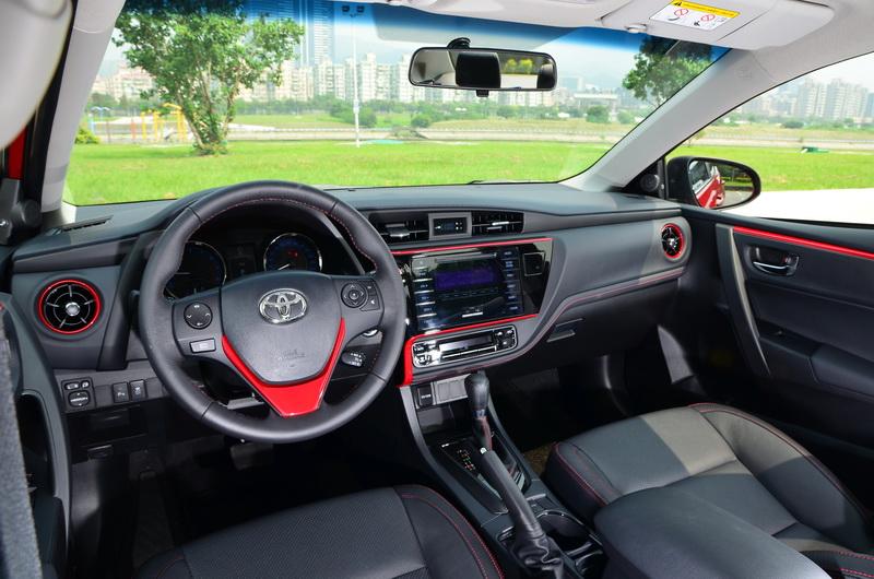 原基礎架構下車艙多處導入X版本獨有的炫魅紅飾板
