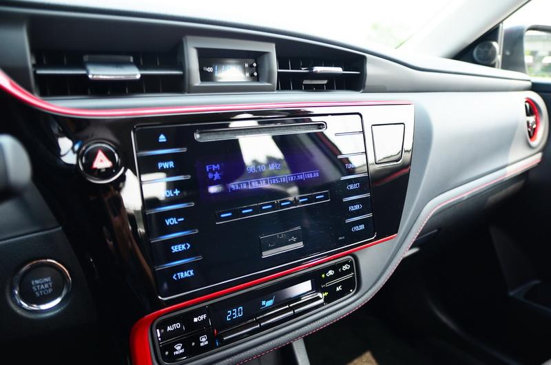 透過紅色飾板點綴後,車艙感覺更具熱血氣息