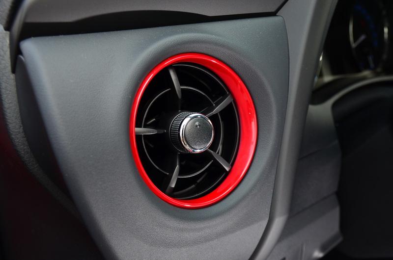 小改款後才有的渦輪造型出風口同樣也配置炫魅紅飾板