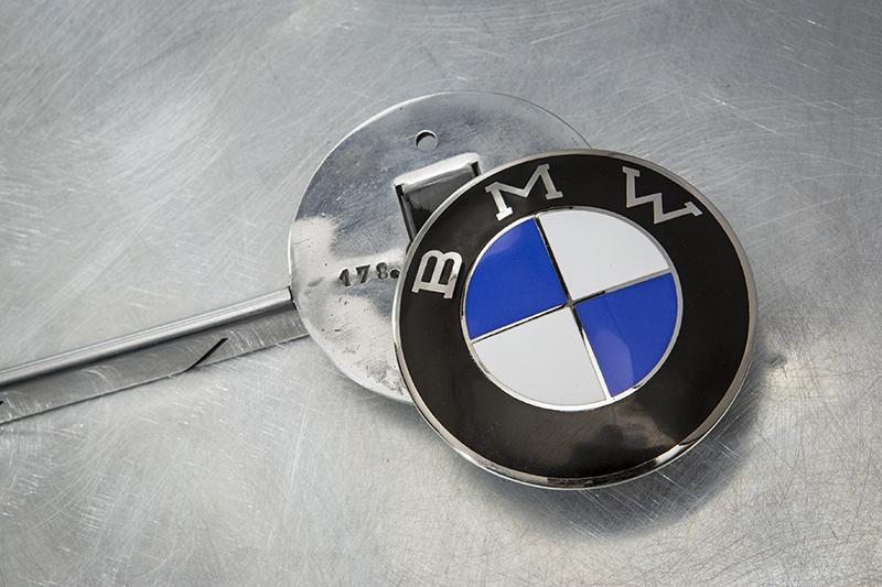 以後如果BMW掉進水裡,湖神可能會問:「你掉的是黑白廠徽?還是藍白廠徽?」