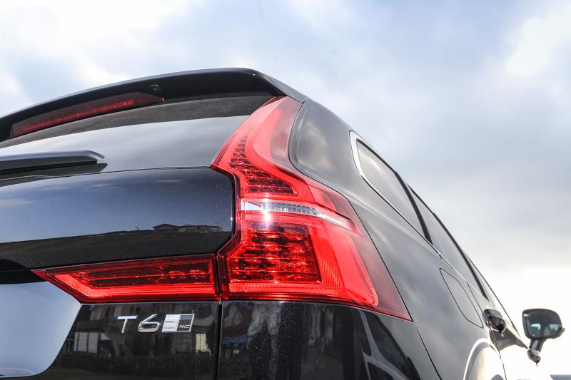 L型的尾燈造型,延續V90車系而來。
