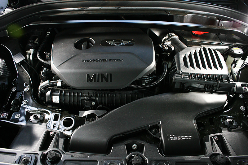 2.0升直四渦輪增壓引擎,可輸出231hp/35.7kg-m最大動力。