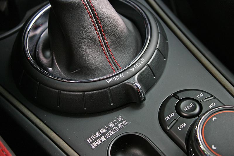 駕馭模式控制撥鍵在排檔座後方,第一次接觸得哈點時間才找得到。