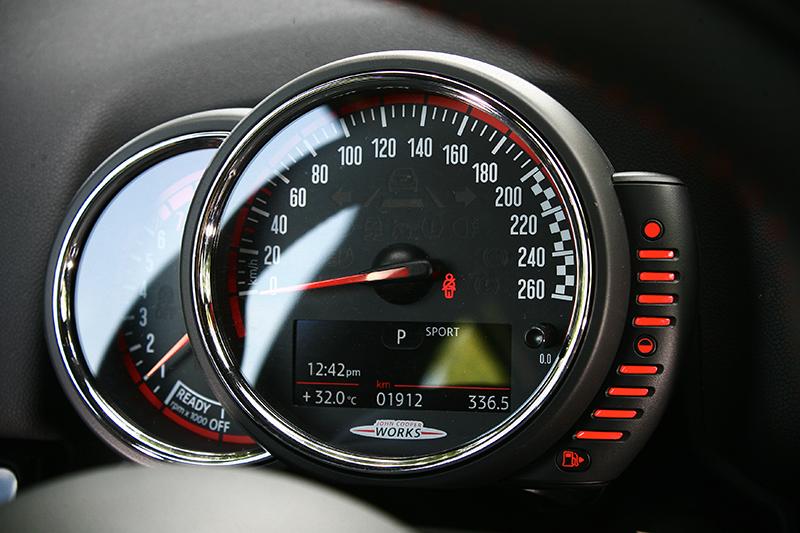 駕馭模式會顯示在儀錶下方螢幕上,一如圖中Sport字樣。