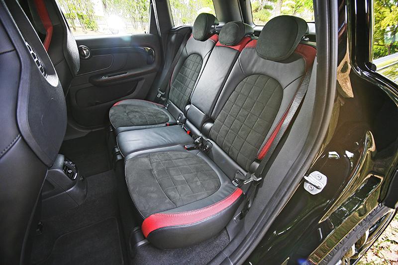 座艙無論前後座設計都熱情洋溢,而且空間比起上代更加進步。