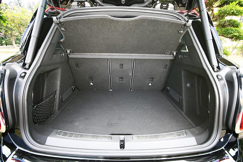 450升的行李廂容積已經不錯了,如果將後座椅背放倒,更可提高至1390升。