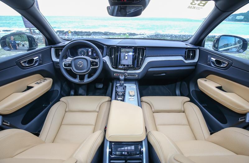 與90車系相似的中控台造型,特別於飾板的走向與材質選擇中展現差異度,稍微年輕且更為活潑,更貼近60車系之調性。