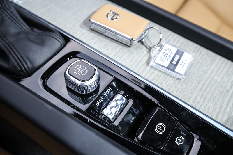 宛如藝術品的啟動鈕與動態模式控制滾輪,為車室內的高質感畫龍點睛。