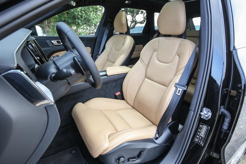 標配Nappa透氣真皮舒適型座椅,舒適度與支撐感仍屬一流。