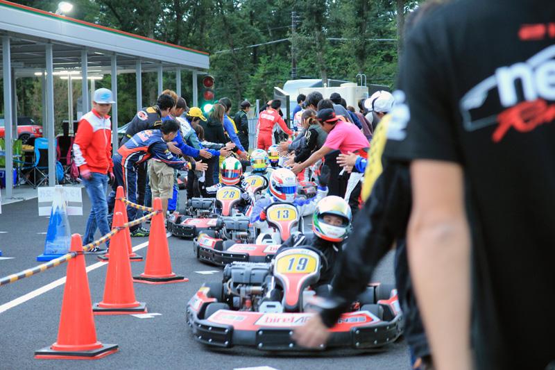 賽事結束後所有人員都會以擊掌方式迎接歸來的車手。