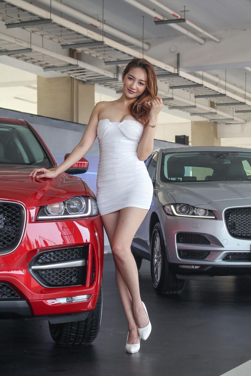 R-Sport 25t(紅車279萬)跟Prestige 20d(銀車259萬)你選哪一輛?中間車模高嘉璐可是非賣品喔!