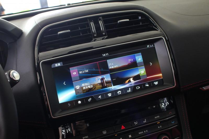 2018年式採用10.2吋多媒體觸控螢幕