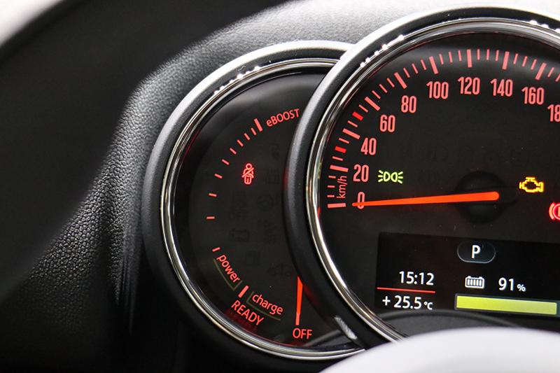 時速錶旁多了E-Instrument,可標示電池功率與eBoost雙效動力的使用狀態。