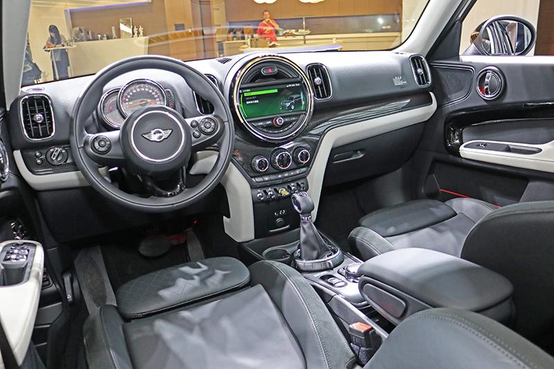 座艙內依舊一派Mini風格。