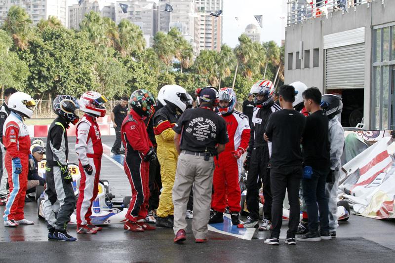 決賽前的一場小雨將柏油路面濺濕,出發前裁判長特別提醒注意濕滑路況,勿有鹵莽行為發生。