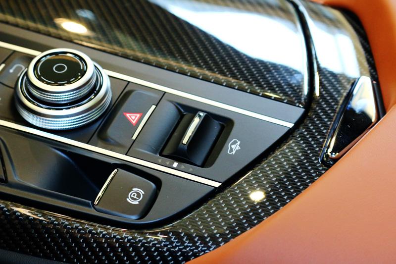 全車系標配6段式Maserati主動式氣壓懸吊系統,讓底盤高度調整範圍多達8.5公分。