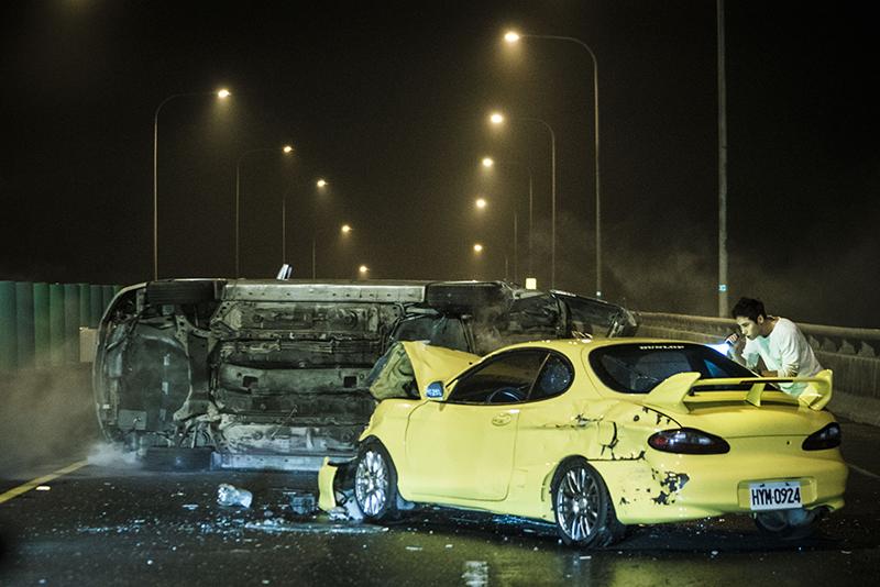 《目擊者》一開始那輛車禍超跑,其實只是殘值機車價的Hyundai Coupe而已。