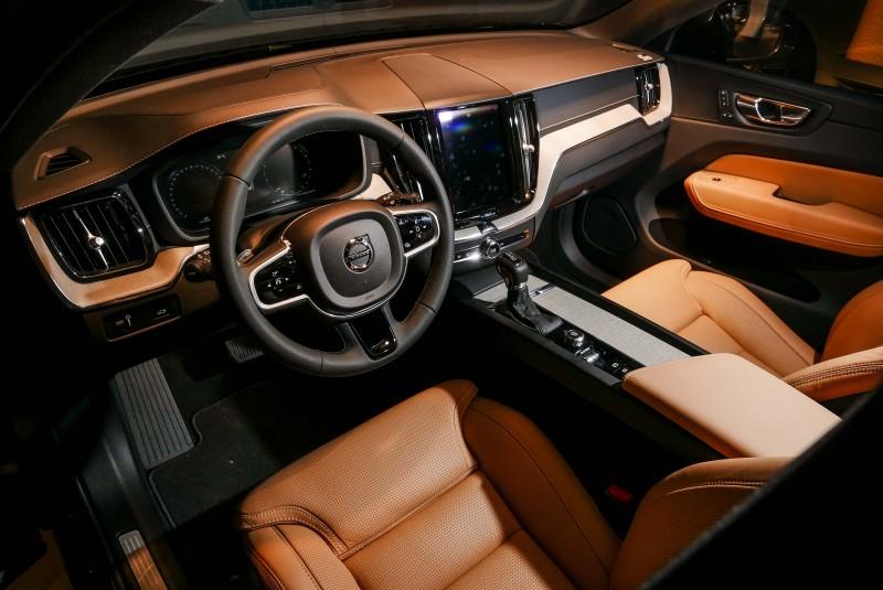 通常有顏色的車內裝打光拍攝會更飽和呈現不同風貌