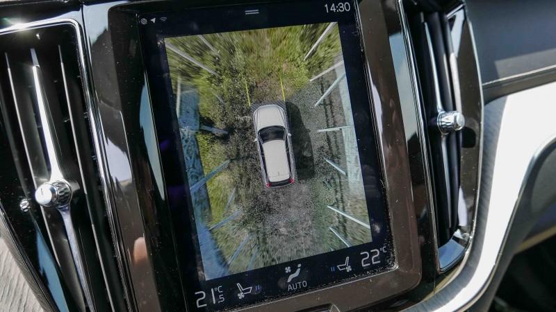 環景影像中,車身兩旁的白色欄杆成了放射狀