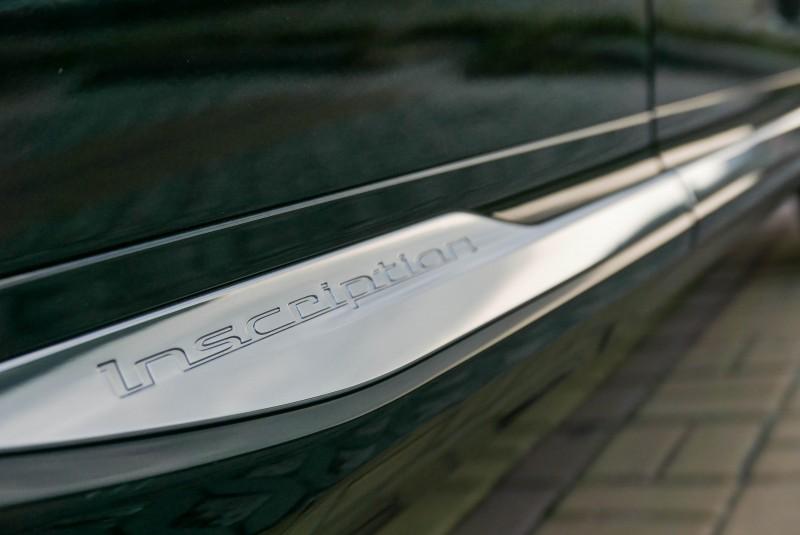 車側的Inscription鍍鉻飾板在黑/深色車漆上才更顯眼