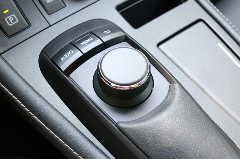 採用傳統旋鈕,遠比Remote Touch系統好用非常多。
