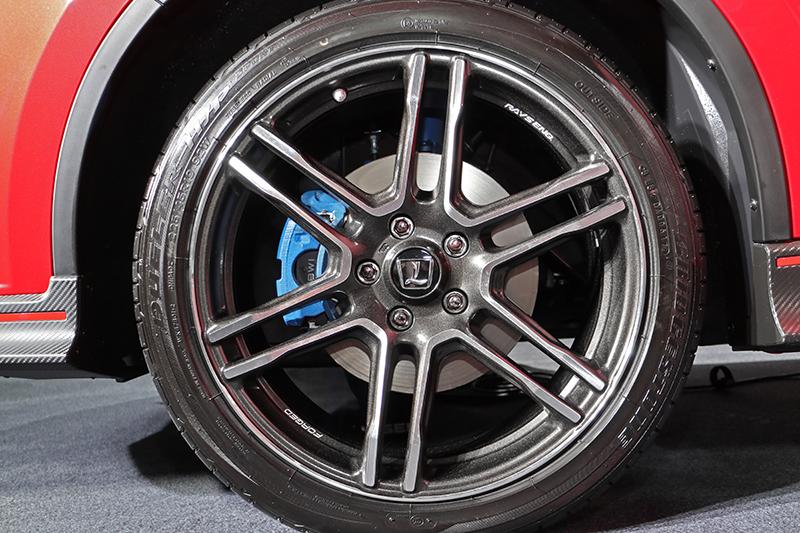 U6 GT220的簧下也是精彩之處,首當其衝當然是19吋胎圈組。