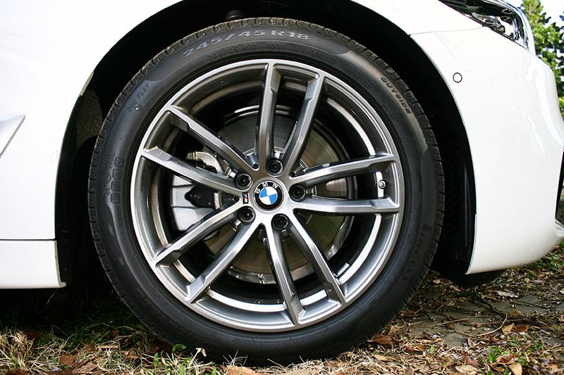 18吋圈很殺,但前後配後輪達275mm的胎寬更殺。