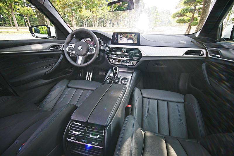 新世代BMW的中控台造型顯然漂亮許多,方向盤設計更是誘人。