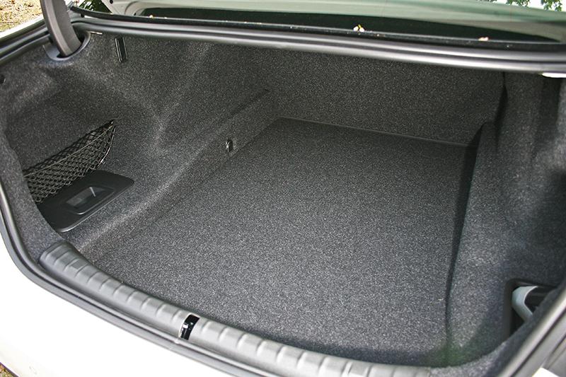 行李廂容積達530升,既深且開闊。