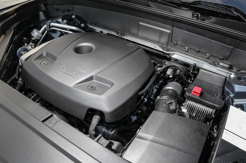 T5車型採用與T6車型相同引擎本體,同樣為2.0升渦輪增壓汽油引擎,但少了機械增壓系統,讓動力表現下降到254hp/35.7kgm水準。