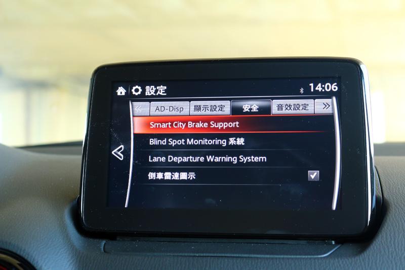 新年式CX-3在安全配備上更為齊備,最主要有SCBS-F 前行煞車輔助系統、BBSM 盲點偵測系統 ( 附 RCTA 後車警示功能 )、LDWS 車道偏移警示系統三大主動安全輔助系統。