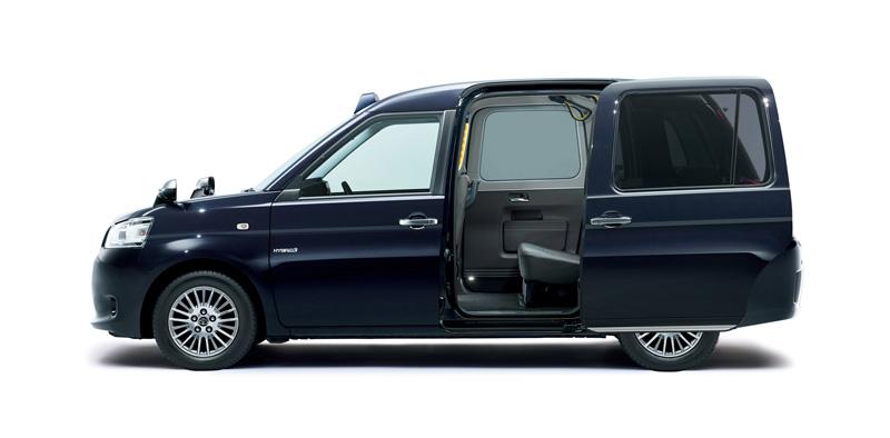 大角度開啟的後滑門,更便於乘客上車。