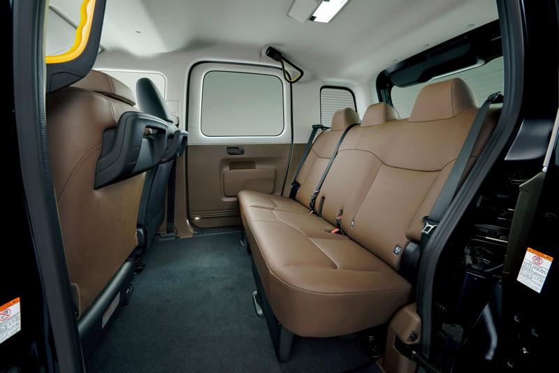 車室內前後座間距空間1,065mm等等,且1370mm的車內高度使一般成人乘坐時約有230mm的頭部空間。