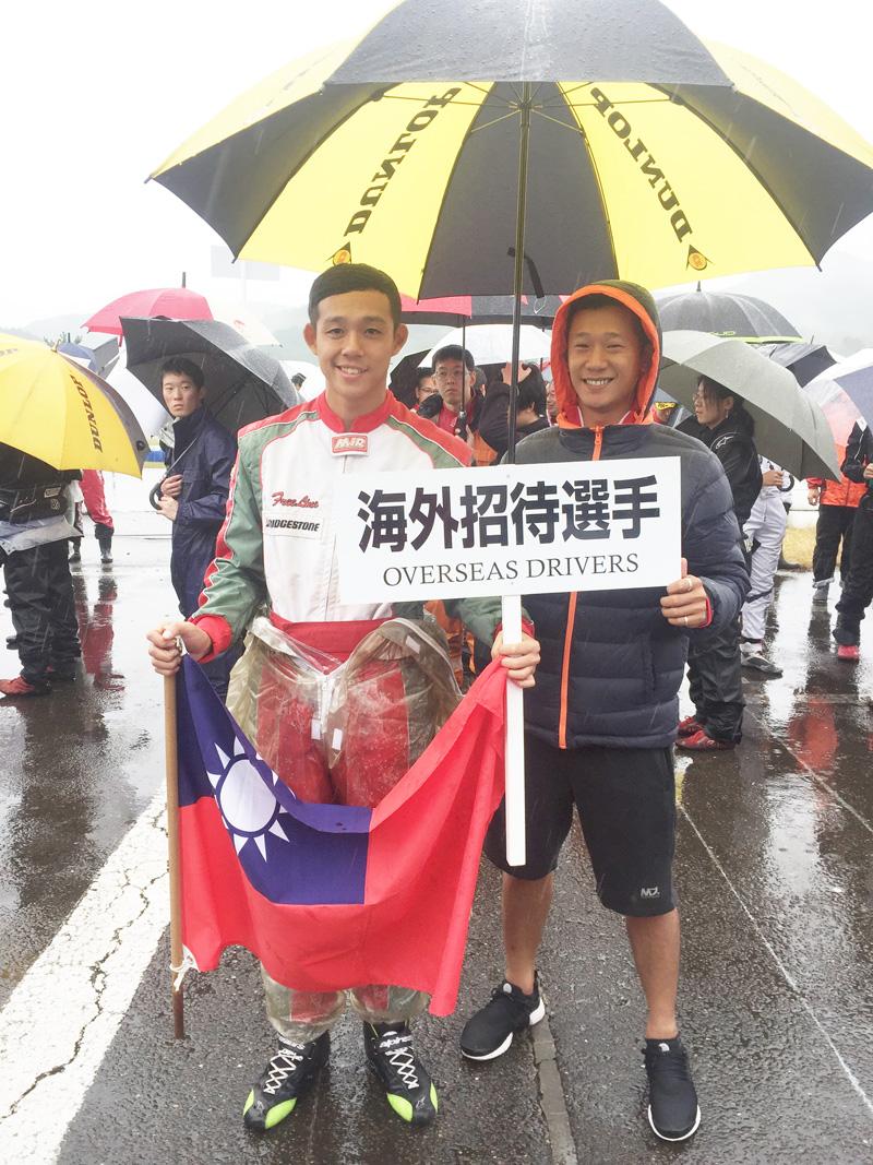 大魯閣SL年度冠軍蕭奕丞(左)。