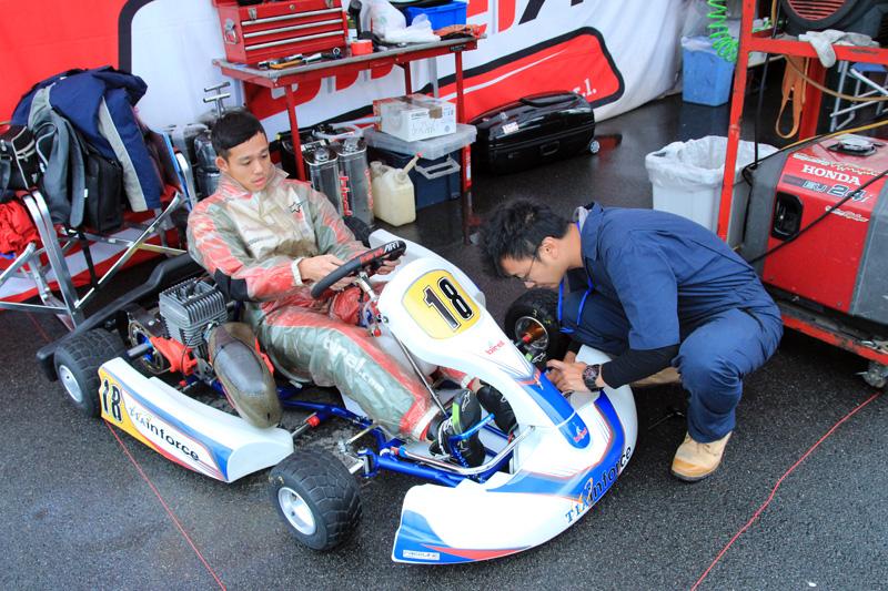 領到比賽車輛後,先做基本檢查與設定是優先動作。